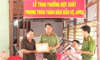 Công an huyện Phú Tân khen thưởng cá nhân truy bắt tội phạm