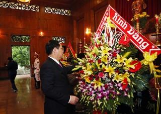Phó Thủ tướng dâng hương tưởng niệm Hồ Chủ tịch, thăm người có công Nghệ An