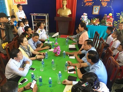 Đoàn công tác các tỉnh, thành phố phía Nam thăm, tặng quà cán bộ, chiến sĩ đảo Hòn Chuối