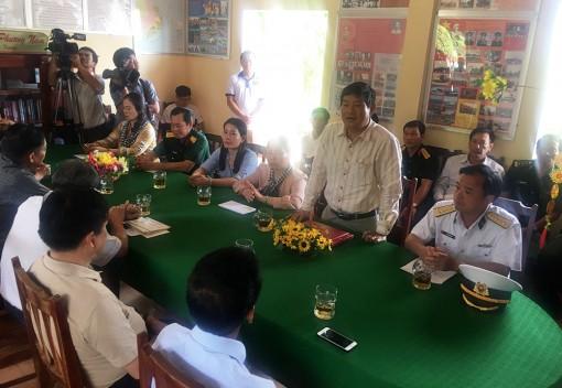 Đoàn công tác các tỉnh, thành phố phía Nam thăm, tặng quà cán bộ, chiến sĩ đảo Hòn Đốc