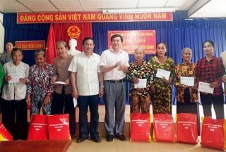 Trao 30 phần quà cho hộ nghèo, gia đình chính sách xã Đào Hữu Cảnh