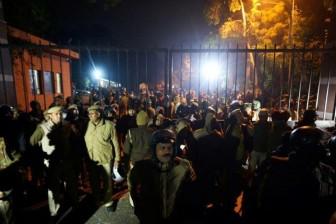 Những kẻ bịt mặt tấn công đại học Ấn Độ khiến 23 người bị thương