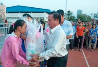 Giao lưu bóng đá và tặng quà Tết cho hộ nghèo, hộ khó khăn TP. Long Xuyên