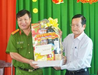Phó Chủ tịch HĐND tỉnh Đỗ Tấn Kiết thăm, chúc Tết các gia đình chính sách và lực lượng vũ trang
