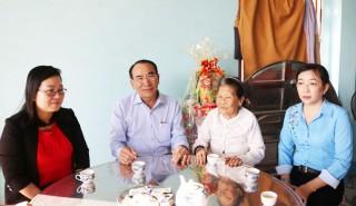 Chủ tịch UBND huyện Châu Thành Phan Văn Cường thăm và tặng quà mẹ Việt Nam Anh hùng và các gia đình chính sách
