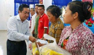 Trưởng ban Tổ chức Tỉnh ủy, Giám đốc Sở Nội vụ An Giang Ngô Hồng Yến tặng quà Tết hộ nghèo xã Vĩnh Trung