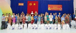 Tặng 60 phần quà cho người nghèo xã Thoại Giang