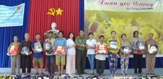Nhiều đoàn từ thiện trao quà Tết cho học sinh và hộ nghèo Phú Tân