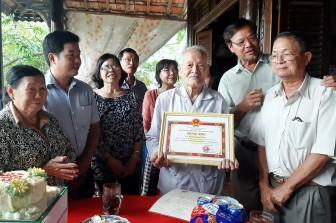 UBND Phú Tân chúc Tết và mừng thọ các cụ 100 tuổi