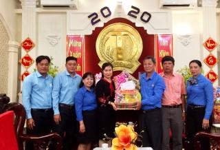 Liên đoàn Lao động TP Long Xuyên thăm, chúc Tết doanh nghiệp