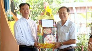 Bí thư Huyện ủy Phú Tân Lâm Phước Trung chúc Tết tại Giáo xứ Phú An
