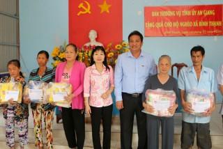 Trưởng ban Tuyên giáo Tỉnh ủy An Giang Trần Thị Thanh Hương tặng quà Tết hộ nghèo xã Bình Thạnh