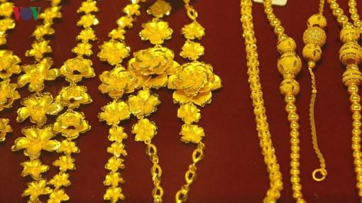 Giá vàng tiếp tục sụt giảm, xuống còn dưới 43 triệu đồng/lượng