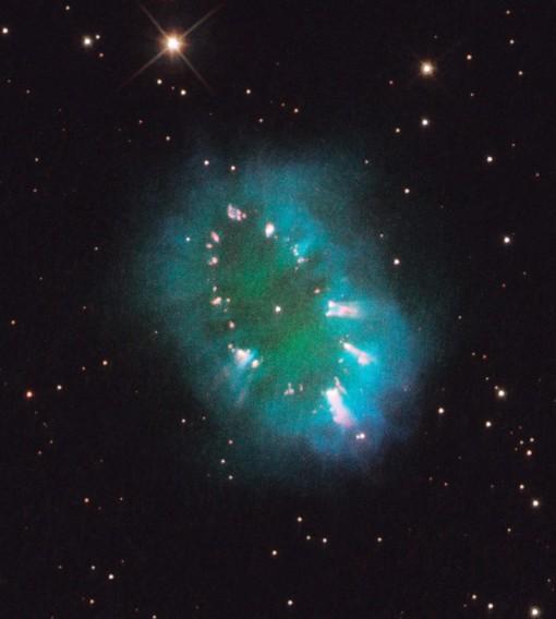 """Sửng sốt Hubble """"bắt"""" được hình """"vòng cổ"""" rực rỡ trong vũ trụ"""