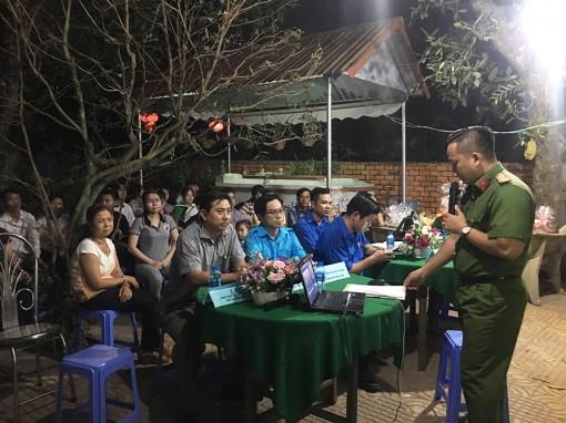 Tuyên truyền phòng, chống ma túy và tặng quà cho thanh niên công nhân