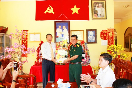 Phó Chủ tịch UBND tỉnh An Giang Lê Văn Nưng chúc Tết lực lượng vũ trang ở Tịnh Biên và tặng quà người nghèo Tri Tôn