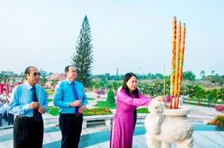 Tỉnh ủy, HĐND, UBND, UBMTTQ Việt Nam tỉnh An Giang viếng Nghĩa trang liệt sĩ tỉnh nhân dịp Tết Nguyên đán Canh Tý 2020