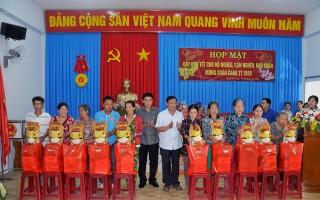 Hộ nghèo, cận nghèo, khó khăn phường Bình Đức được nhận quà Tết Canh Tý 2020