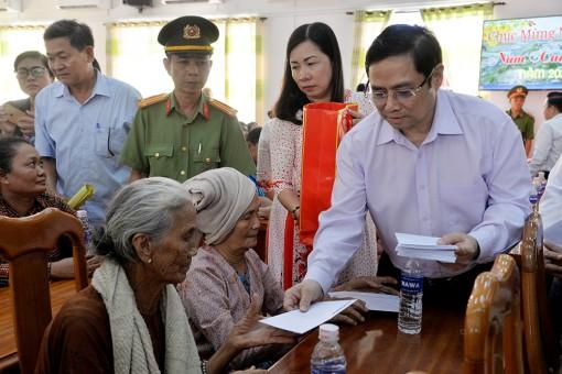 Trưởng ban Tổ chức Trung ương Phạm Minh Chính thăm, tặng quà Tết hộ nghèo và hộ gia đình chính sách huyện Châu Thành