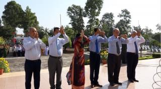 Lãnh đạo huyện Châu Phú viếng Nghĩa trang liệt sĩ huyện nhân dịp Tết Nguyên đán Canh Tý 2020
