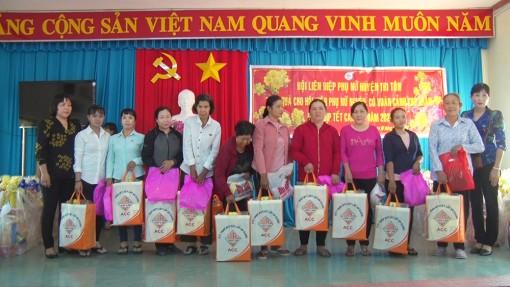 Thêm hơn 300 phần quà Tết cho người nghèo Tri Tôn