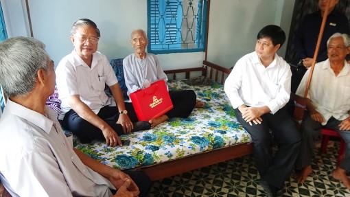 Chúc Tết cụ ông 107 tuổi ở Tri Tôn
