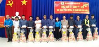Liên đoàn Lao động huyện Châu Phú tặng quà Tết người lao động có hoàn cảnh khó khăn