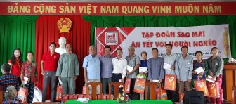Tặng quà Tết các gia đình chính sách ở xã Bình Long