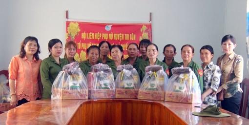 Hội Liên hiệp Phụ nữ huyện Tri Tôn tặng bánh tét cho bộ đội