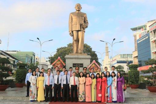 Thành ủy, HDND, UBND, UBMTTQ Việt Nam TP. Long Xuyên viếng tượng đài Bác Tôn và Khu lưu niệm Chủ tịch Tôn Đức Thắng