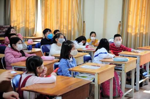 Lo ngại dịch cúm do virus Corona, rất nhiều học sinh đeo khẩu trang tới trường trong ngày đi học đầu tiên
