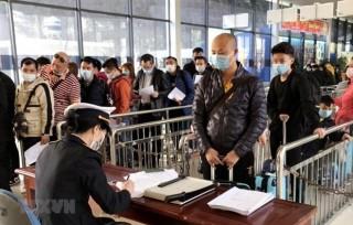 Tạm dừng tiếp nhận lao động Trung Quốc về quê ăn Tết quay lại Việt Nam