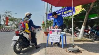 UBND TT. Phú Hòa phát khẩu trang y tế miễn phí cho người dân