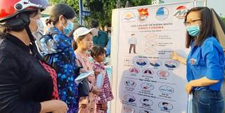 Huyện đoàn Châu Phú bán trợ giá khẩu trang y tế và hướng dẫn cách phòng, chống dịch Corona cho người dân