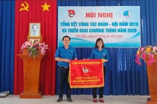"""Huyện đoàn Phú Tân đón nhận cờ """"Đơn vị dẫn đầu"""" Đoàn khối huyện, thị, thành phố"""