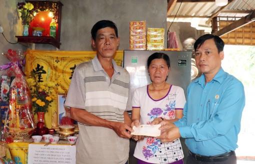 Liên đoàn Lao động tỉnh An Giang hỗ trợ gia đình nữ công nhân bị tai nạn giao thông qua đời