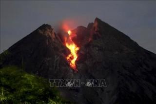 Núi lửa Merapi ở Indonesia lại bất ngờ 'thức giấc', khói bụi bốc cao 2 km