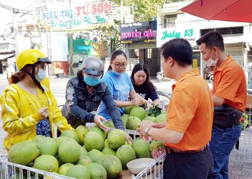 Siêu thị Tứ Sơn hỗ trợ nông dân tiêu thụ 3 tấn bưởi da xanh ruột hồng