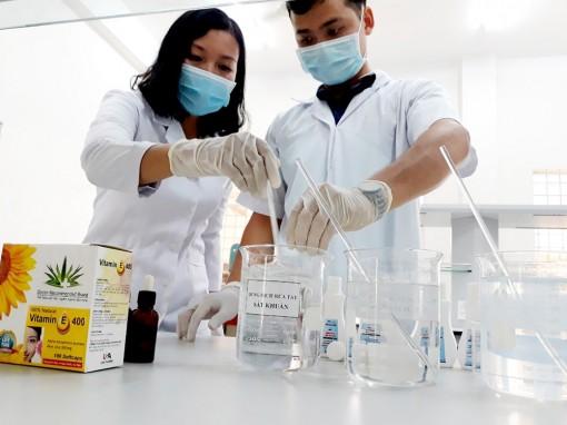 Trường Đại học An Giang sản xuất dung dịch rửa tay sát khuẩn