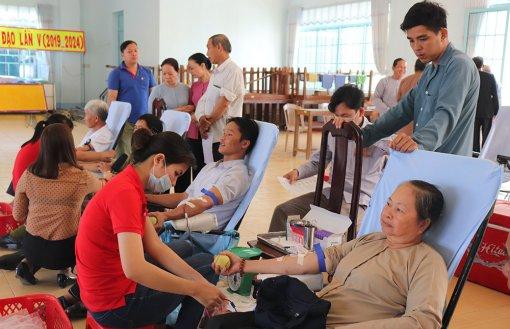 Tín đồ Phật giáo Hòa Hảo tham gia hiến máu tình nguyện