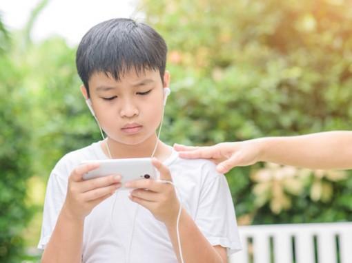 Lạm dụng điện thoại thông minh dễ gây chán nản ở tuổi teen