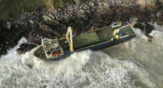 Bão Dennis cuốn 'tàu ma' vào bờ biển Ireland