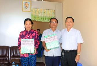 Trao 2 căn nhà Đại đoàn kết cho hộ cận nghèo phường Đông Xuyên và Mỹ Thới