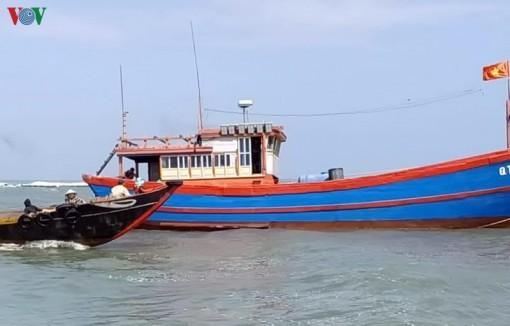 Quảng Trị cứu thành công 10 ngư dân gặp nạn trên đường vào cảng