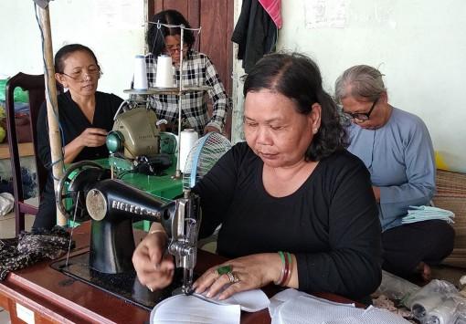 Người dân may và tặng miễn phí hàng ngàn khẩu trang vải