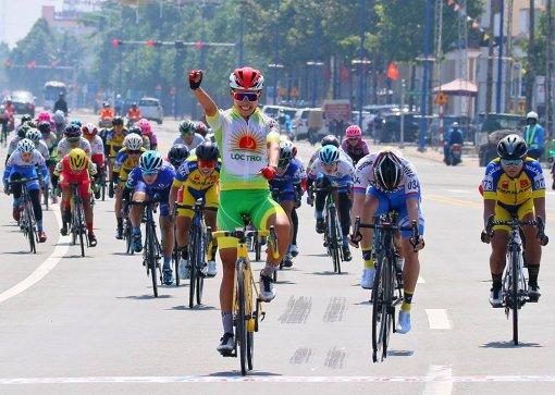 Nguyễn Thị Thật đoạt cú đúp áo vàng và áo xanh chặng đầu tiên