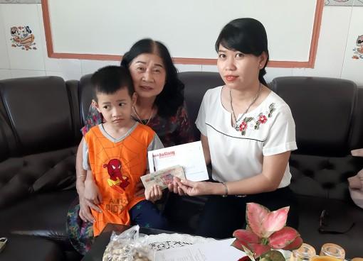 Trao tiền hỗ trợ bé Hồ Phước Hữu bị bệnh máu khó đông