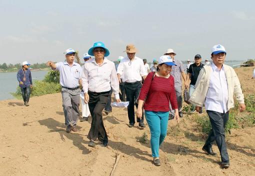 Lãnh đạo 2 tỉnh An Giang và Đồng Tháp khảo sát các dự án đầu tư tại cồn Vĩnh Hòa (TX. Tân Châu)