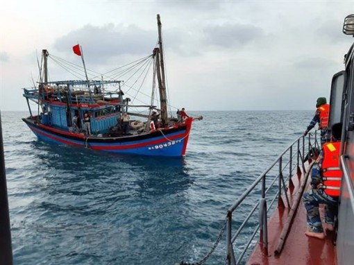 Cứu nạn thành công 11 người trên tàu cá ở cửa biển Thuận An