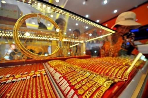 Ngân hàng đua nhau giảm lãi suất, vàng đứng ở ngưỡng cao